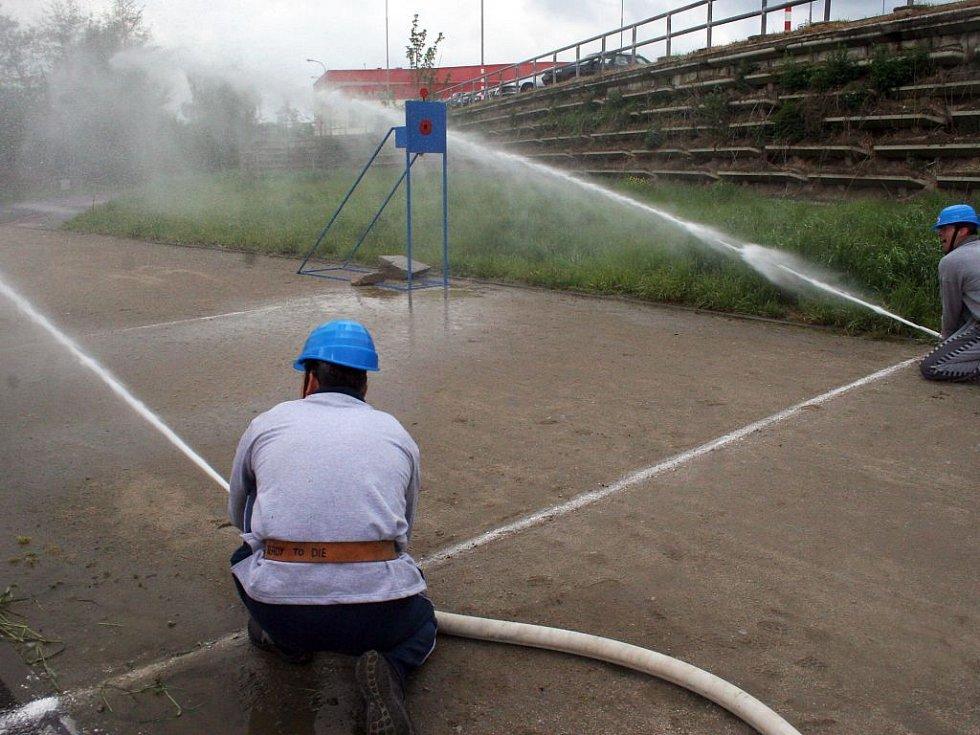 Kdo nevyzkoušel, neuvěří, jakou sílu má tlak vody v proudnici. Trefit se proudem vody na cíl není tak jednoduché jak to na první pohled může vypadat.