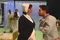 V hlavních rolích dramatizace slavného románu uvidíte v jihlavském Horáckém divadle Lucii Sobotkovou Štorkovou a Františka Mitáše.