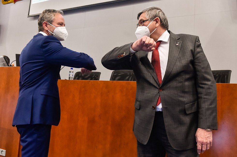 Zleva Vítězslav Schrek a bývalý hejtman Jiří Běhounek na ustavujícím zasedání krajského zastupitelstva v Jihlavě.