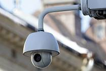 Zjistit, kam se zrovna kamera v Palackého ulici dívá, není těžké. Má černou čočku v bílém krytu.