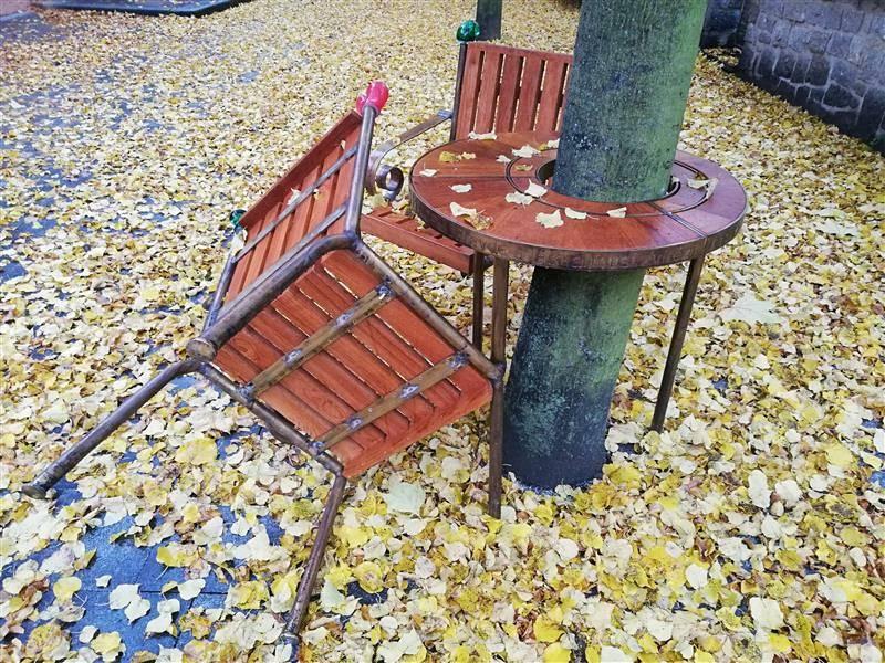Jen dva měsíce vydržela lavička nepoškozená.