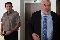 Když obžalovaný Roman Muška (vlevo) ve středu vcházel do soudní síně v doprovodu svého advokáta Radka Ondruše, byla na něm vidět nervozita. Po rozsudku se naopak usmíval.