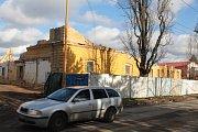 Už jen pár zdí zbylo z bývalých Štefánikových kasáren. Bagry nakládají na nákladní auta tuny stavební suti.