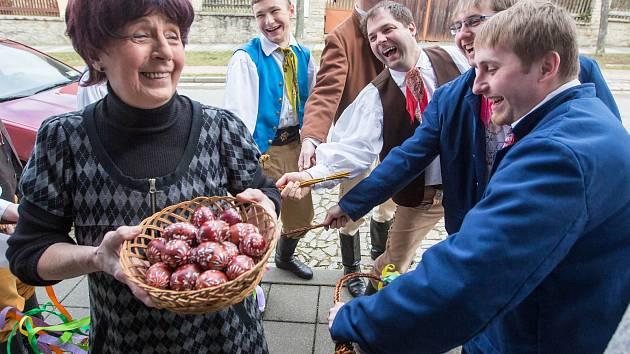 Velikonoční krojovaná obchůzka v Telči, soubor Podjavořičan.