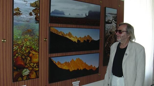 Výstava Cesty za krajinou v různých končinách Starého i Nového světa nesou otisky toulavých bot autora fotografií, Zdeňka Vonáska.