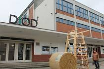 Zahrádka i reklama. Prostor před kavárnou a divadlem DIOD využívá k upoutání na svůj program. V létě slouží ale také jako letní předzahrádka.