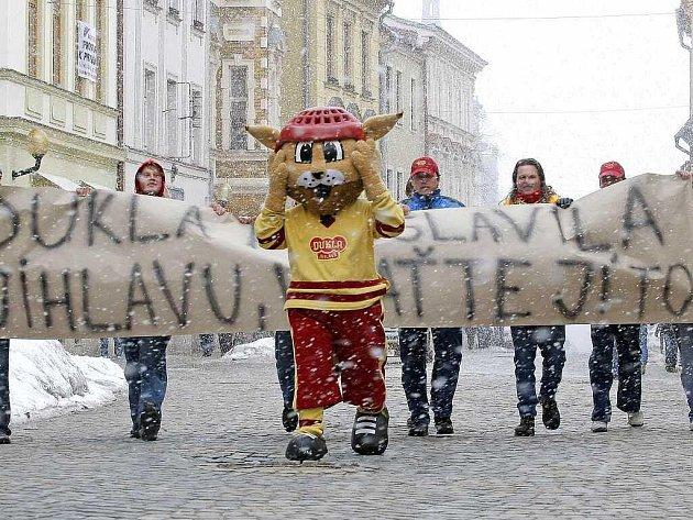 Včera se u Horáckého zimního stadionu v Jihlavě sešel asi tucet fanoušků jihlavské Dukly. Pochodovali totiž za výstavbu nové tréninkové haly.
