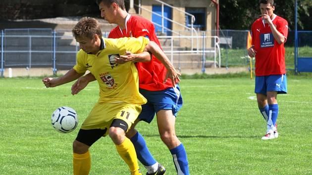Stanislav Tecl (ve světlém) se popasoval s rolí lídra jihlavského týmu opět na výbornou. Postaral se o veledůležitý vítězný gól na hřišti Českých Budějovic.
