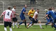 Fotbalisté Bedřichova (v pruhovaném) porazili Antonínův Důl 5:2, o den později smetli 8:4 Třešť.