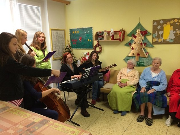 Studenti telčského gymnázia před Vánocemi potěšili pacienty z jihlavské nemocnice vánočním koncertem a ručně vyrobenými dárky.