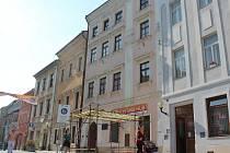 Brána do historie. I tak je možné pojmenovat lešení, které stojí před Muzeem Vysočiny Jihlava. Lidé ho nemusí obcházet, ale mohou zde posedět a ponořit se do minulosti.