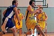 Jihlavští basketbalisté (s míčem Ondřej Králík) byli o víkendu stoprocentní
