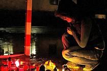 Krátce po tragické události se na dolnocerekvickém hřišti objevilo množství zapálených svíček.