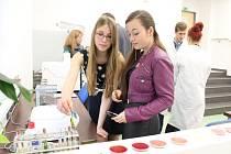 Jak od sebe oddělit například dvě složky citronové šťávy či špenátu vědí dobře studentky druhého ročníku Gymnázia Jihlava. Pomůže jim v tom speciální přístroj.