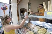 Zejména v parných dnech přijde ledová pochoutka vhod. Lidé se nemusí bát toho, že by po konzumaci zmrzliny mohli například dostat průjem. Hygienici ji totiž považují za bezpečnou.