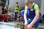 Úkolem týmů bylo postavit z technické stavebnice Merkur kolový traktor poháněný motorem.