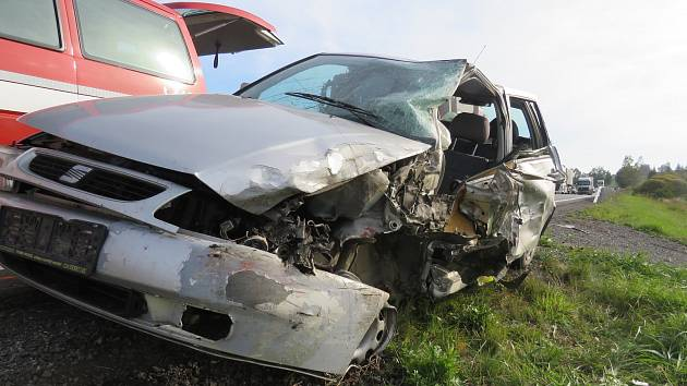 Takto vypadá auto s náklaďákem po dopravní nehodě.
