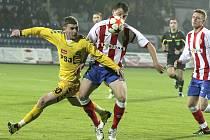 Fotbalisté FC Vysočina Jihlava (ve žlutém) si postup do nejvyšší soutěže vybojovali na hrací ploše. Návratu do ligy se ale nakonec dočkala i čtvrtá Zbrojovka Brno, kterou katapultovaly zpět nedůstojné stadiony úspěšnějších konkurentů.