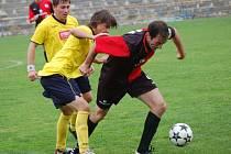 Fotbalisté Humpolce (v červenočerném kapitán Petr Svoboda v souboji s vrchovinským Lukášem Wolkerem) přivítají na svém hřišti spolufavorta soutěže z Hartvíkovic.