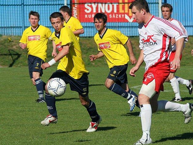 Fotbalisté Vrchoviny (ve žlutém Martin Mužátko) obdrželi na losovacím aktivu číslo jedna, které znamená dva úvodní zápasy na domácím hřišti.