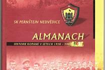 Takto vypadá titulní strana klubové kroniky fotbalistů SK Pernštejn Nedvědice, kterou stvořil současný předseda klubu Pavel Vejrosta.