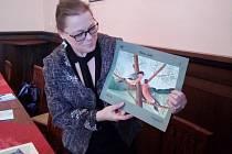 Kurátorka výstavy Alice Grünwald ukazuje jeden ze snímků, který má být součástí výstavy Ukrytá vzpomínka.