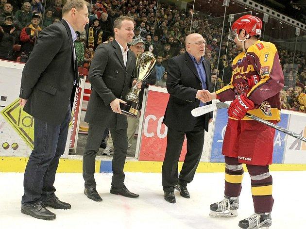 V loňské sezoně takto přebíral kapitán jihlavských hokejistů Jiří Dobrovolný pohár pro vítěze WSM ligy. Letos s týmem dokonce postoupil do nejvyšší soutěže, extraligu si však už ve žlutočerveném dresu nezahraje.