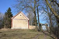Bývalá márnice na židovském hřbitově v Telči slouží od roku 1994 jako galerie. Nese název Atelier Síň a slouží jako výstavní prostor pro mladé umělce.