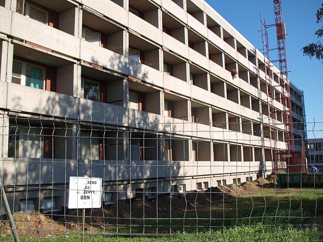 Pavilon ODN je v těchto dnech v obležení stavebníků. Nevzhledná budova se rekonstruuje.