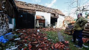 Vichřice Sabine poškodila střechy v Rohozné