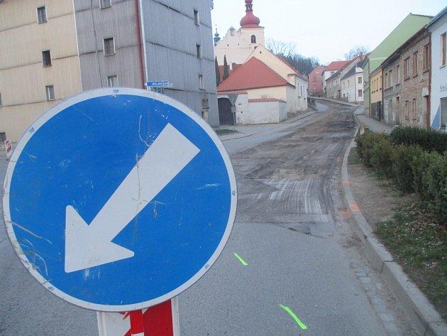 Rekonstrukci. Fritzovu ulici obsadili začátkem dubna dělníci. Hotovo má být do konce letošního října.