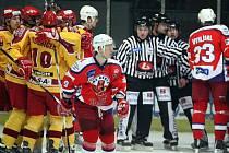 Jihlavští hokejisté se v sobotním prvoligovém zápase radují z prvního gólu, protesty hráčů Havlíčkova Brodu jsou marné. Dukla se po více než dvou letech radovala z vítězství nad regionálním rivalem, v Kotlině vyhrála hladce 4:0.