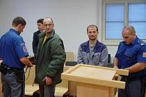 Leon Přibyl (vlevo) měl po rozsudku překvapivě dobrou náladu. Ladislav Gažo už je ve vězení za jiné delikty.