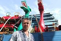 Majitelé postavili na polenském Husově náměstí včera většinu svých atrakcí. František Hubený má dnes do 14 hodin zkontrolovat aprověřit chod všech svých mechanismů. Lochnessky přivezl do regionu po 30 letech.