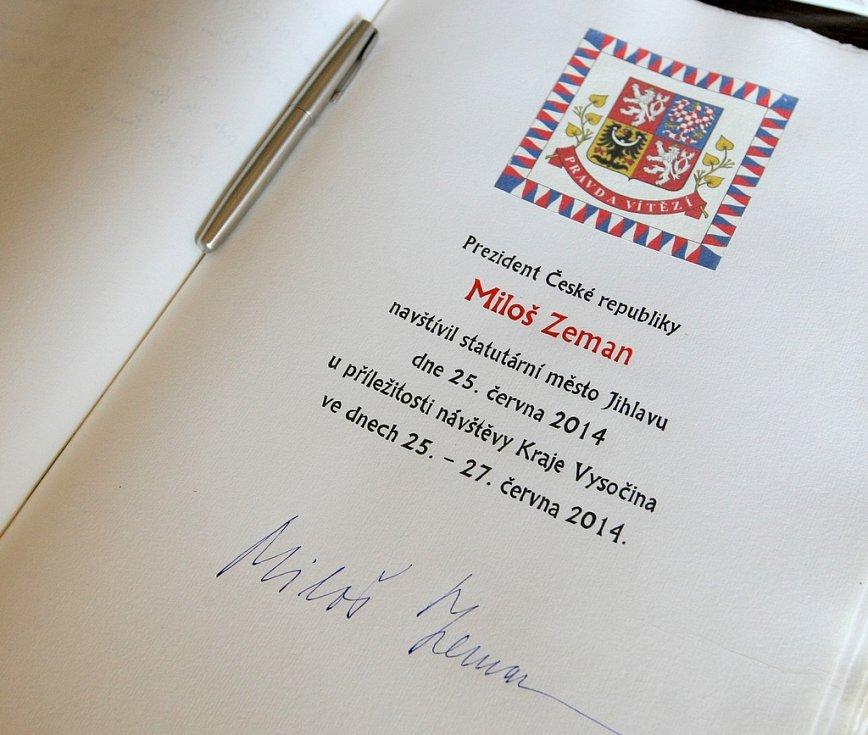 První den návštěvy prezidenta Miloše Zemana v Kraji Vysočina. Na jihlavském magistrátu bylo kromě jiného na programu dekorování kourouhve města Pamětní stuhou prezidenta republiky a zápis do Pamětní knihy.