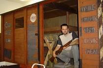 Součástí legionářské výstavy bude dřevěná maketa legionářského vagonu. Na snímku je správce depozitáře Jindřich Korner.
