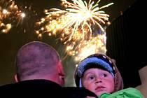 V Pelhřimově a Havlíčkově Brodě se lidé novoročního ohňostroje nedočkají. Naopak v Třebíči, Jihlavě či Žďáře nový rok uvítají bouřlivěji.