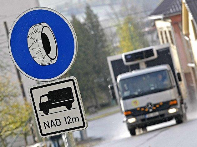 Pokud budou řidiči kamionů chtít projet některými úseky silnic, budou muset nasadit řetězy. Archivní foto.