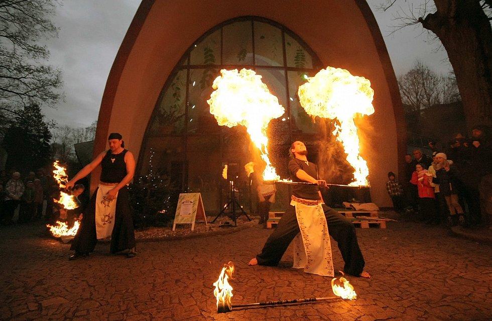 Slavnostnímu otevření předcházela ohnivá show.