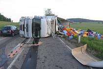 Po nehodě nákladní soupravy Renault 22. května ráno u Nového Hubenova se rozsypal náklad a hlavní silnice zůstala částečně neprůjezdná.
