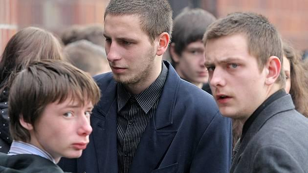 Devatenáctiletý Patrik Černý (uprostřed), bývalý přítel zavražděné Petry.