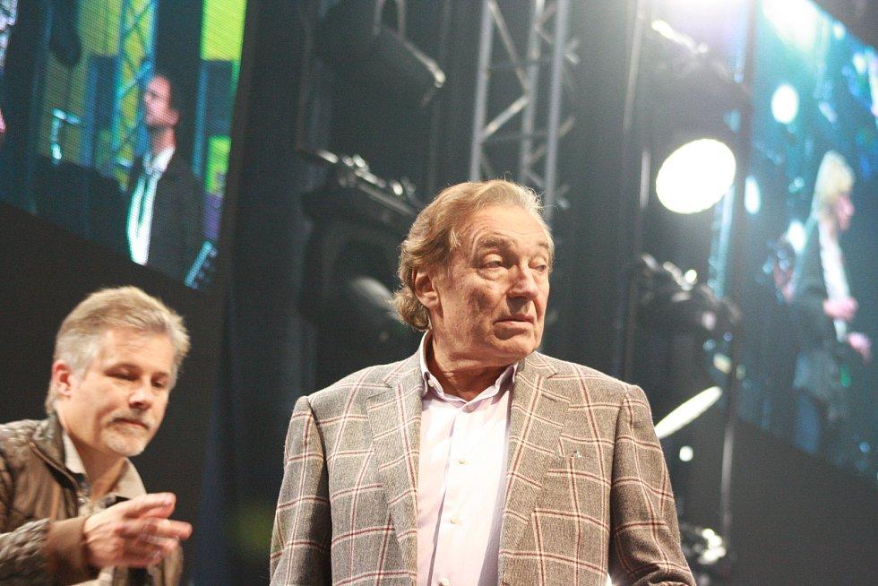 Karel Gott při zvukové zkoušce před svým jihlavským koncertem v červnu 2013.