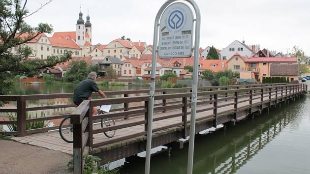Belpská lávka přes Ulický rybník byla slavnostně otevřena 28. srpna 1998. Připomíná partnerství Telče a švýcarského Belpu. Stala se důležitou cestou pro pěší i pro turisty.