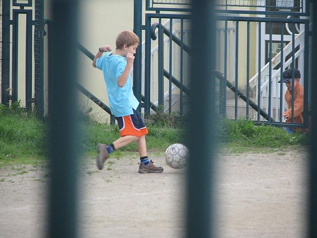 Na školním hřišti v Horním Kosově si děti mohou hrát bez obav. Jinde jsou však plochy pro hraní často místy, kde vznikají třenice a potyčky.
