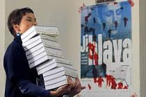 Katalogy Mezinárodního festivalu dokumentárních filmů jsou už na svých místech a připravené pro účastníky patnáctého ročníku. Plakát v pozadí avizuje protestní výzvu, která se nese letošním ročníkem a volá po propuštění režiséra Panáhího.