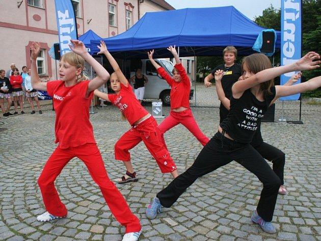 Taneční vystoupení kroužku při školní družině.