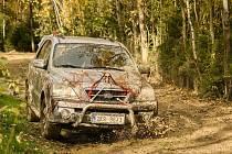 Netradiční závod v areálu Pístovských mokřadů. Strašidelně nazdobená auta se trápila v bahnitém terénu.