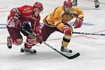 Zatím nejlepší výkony v přípravě předvádějí hokejisté pelhřimovského Spartaku (v červeném). V kompletní sestavě totiž zatím podlehli pouze prvoligové Jihlavě.