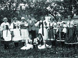 Staří i mladí z Knínic byli před desítkami let za časů první republiky pyšní na místní amatérskou divadelní scénu i na taneční soubor.