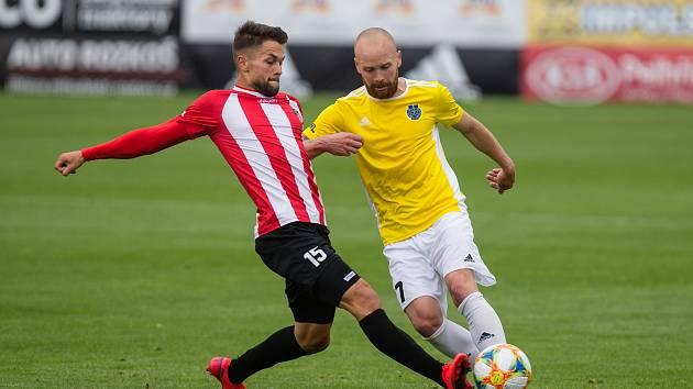 Jan Javůrek (ve žlutém) bude v nové sezoně hrát za Třinec.